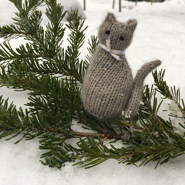 "Rabbit Hole Knits <a href=""http://www.ravelry.com/patterns/library/tiny-window-cat"">Tiny Window Cat</a>"